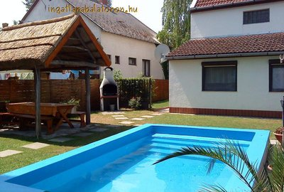 In Zamárdi's  close to Siófok area a semi-detached  holiday house's one flat with pool is for rent for maximum 8 persons