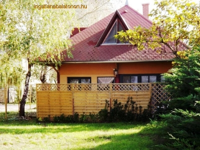 Next to a beautiful beach in Balatonszárszó a holiday house is available for rent for max 6   people