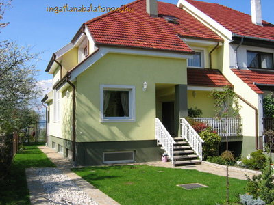 In Balatonszárszó 800 meters from the beach a half of a semi-detached house  with 4   bedrooms and a perfect panorama is for rent for max 8 people