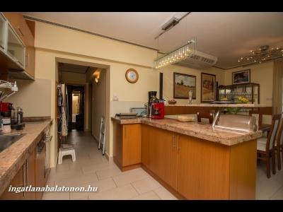 Hotel helyett! Panorámás exkluzív kivitelű apartman max. 6 fő részére vízparti lakóparkban kiadó