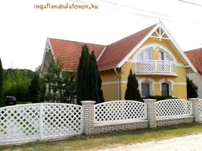 In Zamárdi a newly built six-bedroom holiday house 1000 meters from Lake Balaton is for rent