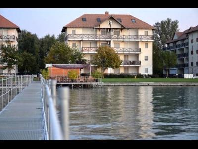 Vízparti lakóparkban teljes panorámás, modern 2 hálószobás apartman kiadó max. 6 vendégnek