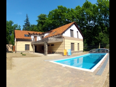 In Balatonszemes, 100 meters away from the beach a luxury apartment with a pool is for rent for 4+3   people in the E.6. apartment