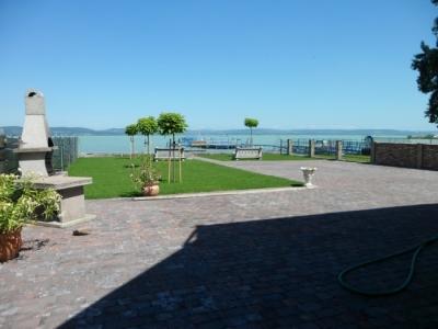 Balatonlellén közvetlen vízparti modern 3 szobás luxusapartman  kiadó