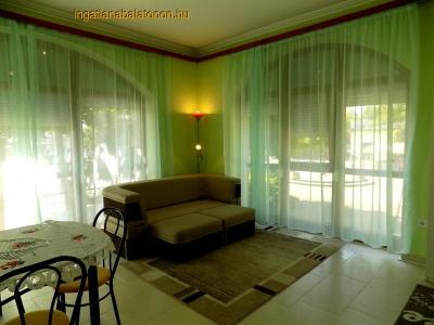 Balatonszárszó központjában a Balatonparttól 100 méterre földszinti apartman kiadó max. 4+2 fő részére