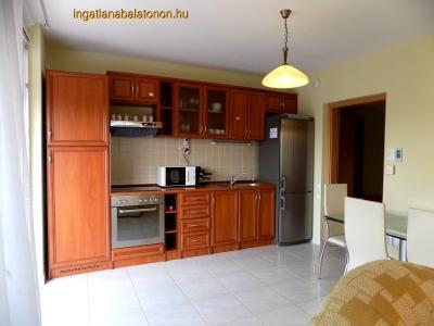 Balatonőszödön vízparti Hullám Üdülőparkban 2 szobás apartman max 4 + 2 fő részére kiadó