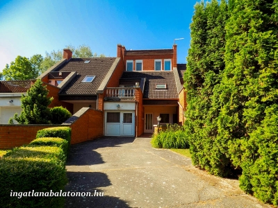 In Zamárdi, 100 meters from Lake Balaton a holiday home is available for 13 people