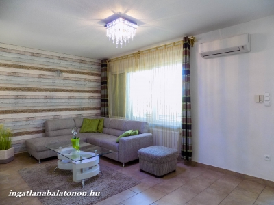 Balatonbogláron közvetlen vízparti modern 3 szobás földszinti apartman kiadó 4 + 2 fő részére Fsz. 1. jelű apartman