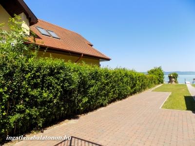 Balatonbogláron közvetlen vízparti modern apartmanház udvarában kerti lak kiadó