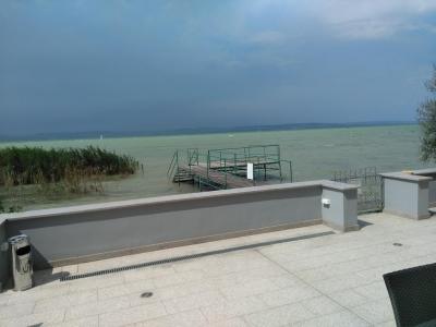 Balatonszemesen közvetlen vízparti 10 fős mediterrán nyaralóvilla kiadó