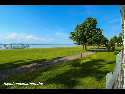 Egy lépésre a strandtól 2 hálószobás apartman a balatonőszödi Hullám Üdülőparkban  kiadó