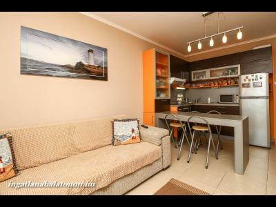 Egy lépésre a strandtól 2 hálószobás apartman a balatonőszödi Hullám Üdülőparkban 6 felnőtt és 1 baba részére kiadó