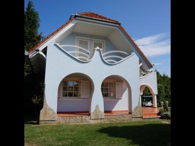 Balatonmáriafürdőn a Balatontól 500 méterre önálló jakuzzis nyaraló max. 10 fő részére kiadó