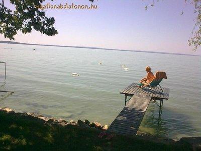 Balatonkenese-Balatonakarattyán közvetlen vízparti nyaraló stéggel max. 7 vendégnek