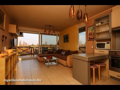 A balatonőszödi Hullám Üdülőparkban gyönyörű, panorámás apartmanban szállás kiadó 4+1 személynek