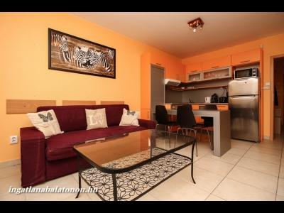 Vízparti lakóparkban teljes panorámás, modern 2 hálószobás apartman kiadó max. 7 vendégnek