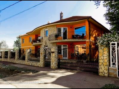 Siófokon a Balatontól 35 méterre mediterrán stílusú apartmanházban szállás kiadó 5-6 fő részére