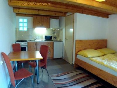 Balatonföldváron a Keleti-strandtól 150 méterre egylégterű apartman kiadó max. 2+1 főnek