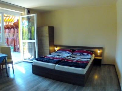 Balatonföldváron a Keleti-strandtól 150 méterre földszinti egylégterű apartman kiadó max. 2+1 főnek - Fsz. 1. apartman