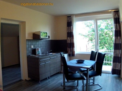 Balatonföldváron a Keleti-strandtól 150 méterre emeleti klímás apartman kiadó max. 4 főnek - E. 4. apartman