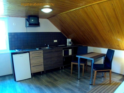 Balatonföldváron a Keleti-strandtól 150 méterre egylégterű tetőtéri klímás apartman kiadó max. 2 főnek - E. 5. apartman