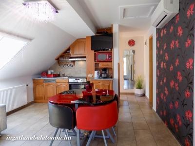 Balatonbogláron közvetlen vízparti modern 3 szobás emeleti apartman kiadó 4 + 2 fő részére E.2. jelű apartman