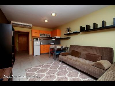 Balatonőszödön a Hullám Üdülőparkban vízparti, modern, első emeleti apartman kiadó 4+2 főnek