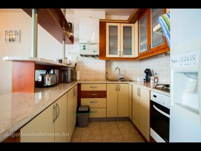 Vízparti lakóparkban teljes panorámás, modern 3 hálószobás apartman kiadó max. 6 vendégnek