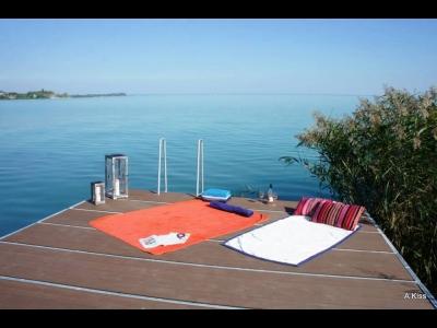 Balatonfüreden közvetlen vízparti önálló nyaraló stéggel, csónakkal max. 8+2 főnek kiadó