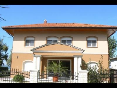 Balatonlelle-felsőn közvetlen vízparti mediterrán apartmanházban első emeleti apartman kiadó max. 4 fő részére