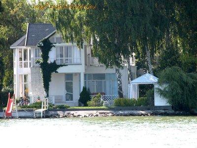 Balatonszárszón vízparti szállás 7+4 fő részére kiadó hangulatos nyaralóházban